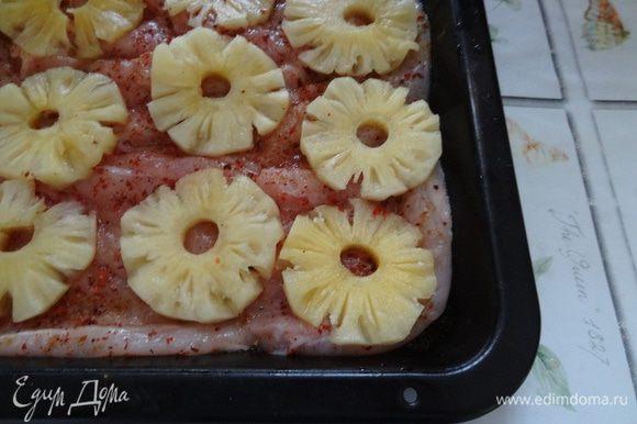 Кольца ананаса разрезать вдоль и уложить сверху.