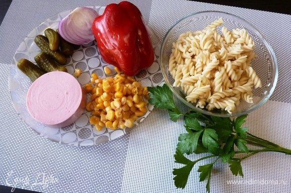 Подготовим ингредиенты для салата. Вместо колбасы можно взять ветчину. Макароны твердых сортов сварить «аль денте», они и вкуснее и не раскисают.