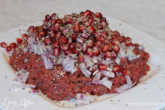 Мелко нарежьте мясо, мелким кубиком нашинкуйте красный лук. Добавьте к мясу нарезанный чеснок, свежесмолотый черный перец, красный жгучий, чабер и раздробленные семена кориандра, не молотые, а именно раздробленные. Все тщательно перемешайте и не забудьте посолить. В конце добавьте стакан гранатовых зерен, аккуратно перемешайте их с мясным фаршем, чтобы они оставались целыми.