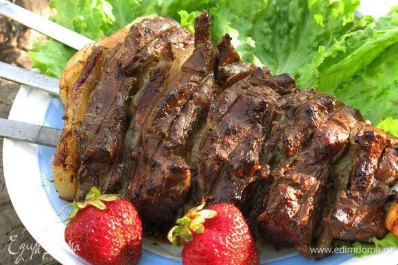 Шашлык получается сочным и пряным, к нему даже соус можно не готовить, чтобы не перекрыть вкус.