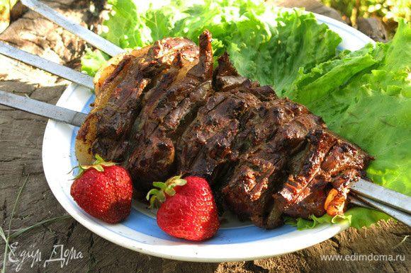 Подать можно с ягодками клубники, сочетание интересное, как-то опробовала его в салатах.
