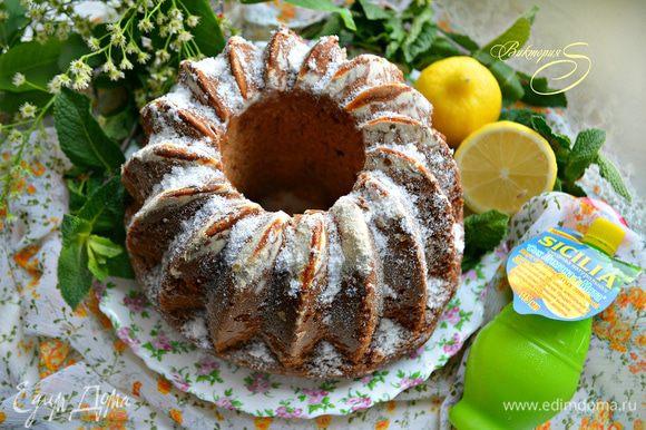 Готовый кекс выньте из духовки и остудите на решетке. 1 ст. л. лимонного сока с мятой смешайте с 2 ст. л. сахарной пудры, немного прогрейте и смажьте с помощью кисточки кекс. Затем посыпьте оставшейся пудрой кекс и подавайте к столу.