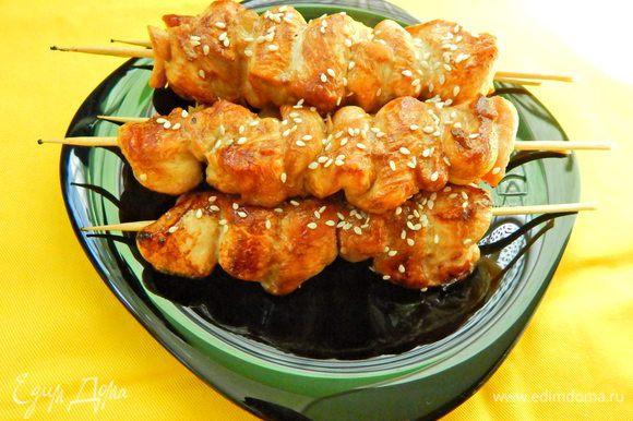 Выложить «Якитори» на тарелку, посыпать кунжутом и подавать к столу. В Японии «Якитори» поливают тем же соусом, в котором мариновалось мясо. Приятного аппетита!