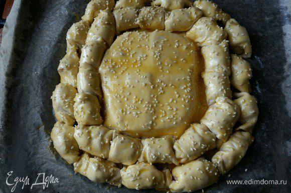 Взбиваем желток и смазываем пирог, посыпаем кунжутом. И отправляем в разогретую духовку при 180°С на 40 минут до зарумянивания.
