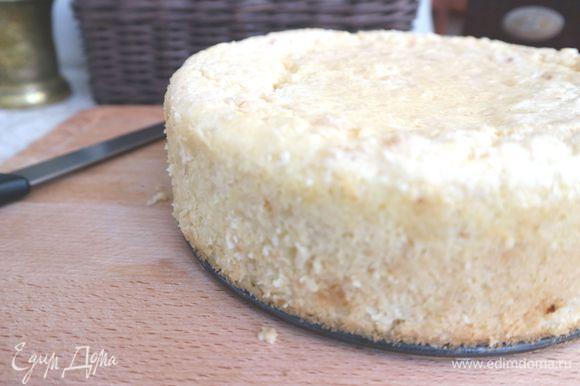 Вынуть из формы, когда пирог остынет до теплого состояния. Для этого надо провести острым ножом по кругу формы, затем вынимать.