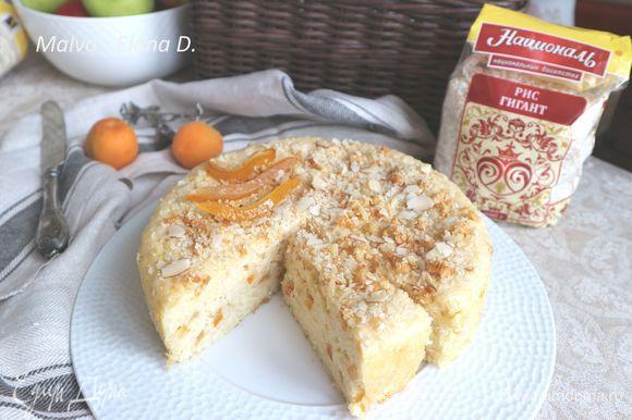 Пирог получается сочный, ароматный. Порезать на кусочки и подавать, сопроводив фруктами. Приятного аппетита!