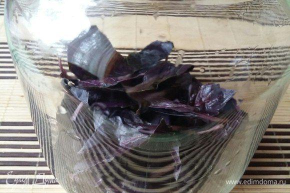 Первым делом вскипятить чайник. В это время взять 2 пучка фиолетового базилика (у меня пучки маленькие были по 20 г), порвать на листики. Стебель тоже туда же, не выбрасываем. Положить в емкость, в которой будете запаривать базилик.