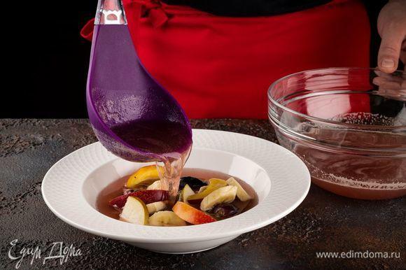 Выложите фрукты порционно в тарелки, залейте пряным квасом.