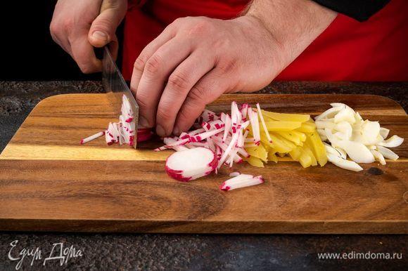 Отварите яйца вкрутую и нарежьте соломкой. Отварите картофель. Огурцы, редис, картофель очистите и нарежьте соломкой.