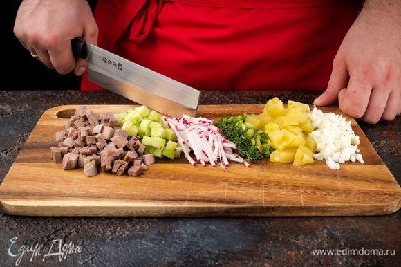 Отварите картофель, язык, яйца. Нарежьте кубиками картофель, огурцы, редис, яичные белки. Укроп и зеленый лук порубите.