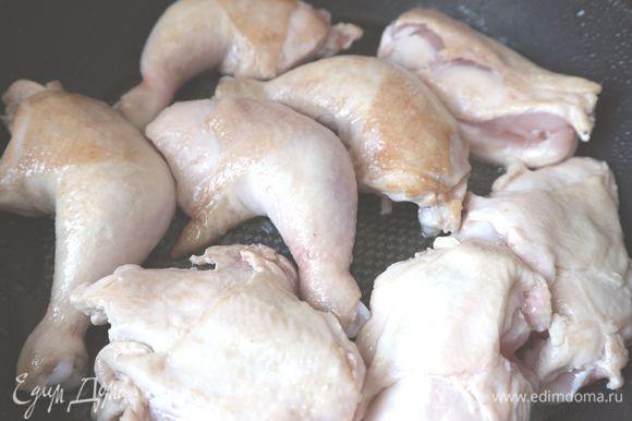 Цыплят посолить, поперчить, обжарить на сковороде на оливковом масле до легкой золотистой корочки.