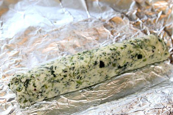 Выложите ароматное масло на фольгу и сверните колбаску. Положите будущий соус в холодильник застыть.