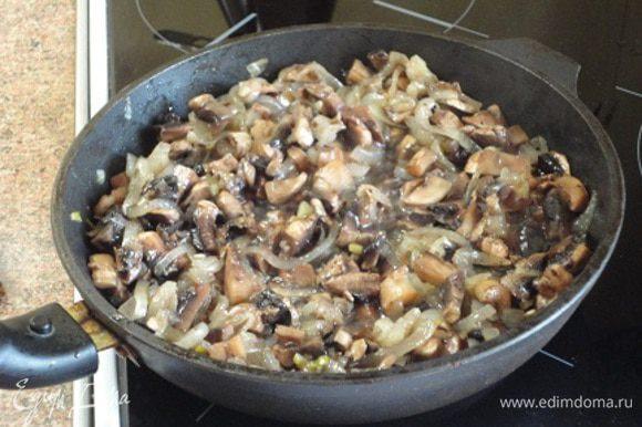 1/3 масла для жарки разогреть в сковороде и на умеренном огне обжаривать лук 5-7 минут, затем добавить грибы и жарить все вместе 10 минут. Посолить, поперчить по своему вкусу.