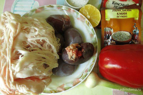 Подготовим почки, перец, сетку жировую, перец красный молотый, зиру, чеснок, лимон.