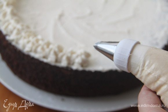 Украсить верх торта взбитыми сливками.