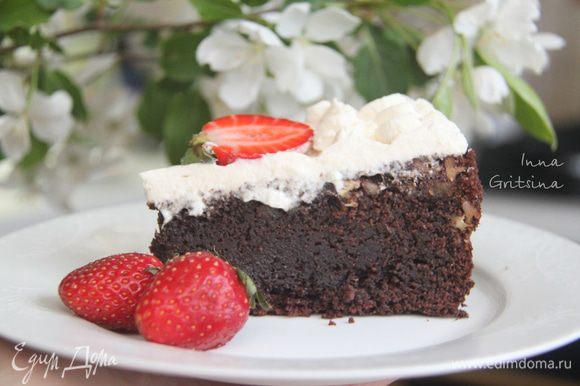 Дать торту постоять в холодильнике 3-8 часов. Текстура торта влажная, со вкусными кусочками пекана, а вот взбитые сливки, на мой вкус, можно и не добавлять — торт и так самодостаточен. Хотя, без взбитых сливок это, наверное, уже и не торт. Конечно, энергетически — это бомба, но уж очень вкусно!