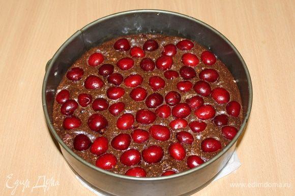 Выложить тесто в смазанную форму 24 см. Выложить сверху ягоды и немного вдавить их пальцами в тесто.