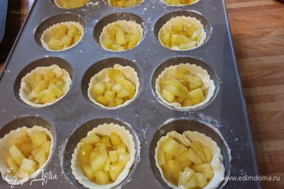 Сначала выложить яблоки.