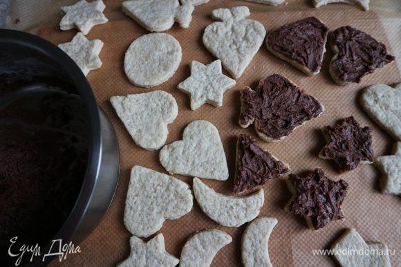 Крем. Растереть мягкое масло с сахарной пудрой, какао-порошком, добавить кофе. Промазать половину печенья кремом.