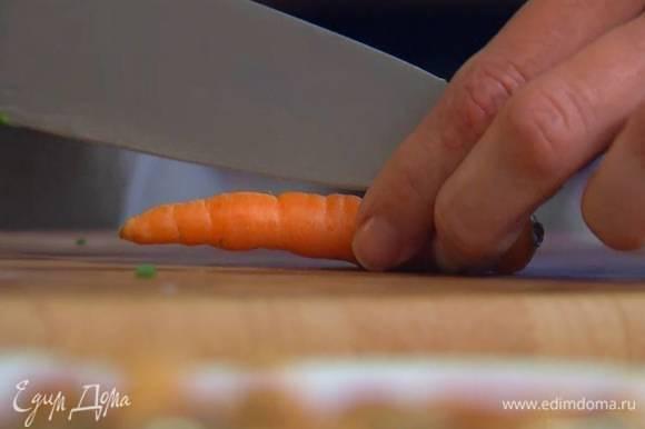 Морковь разрезать вдоль пополам.