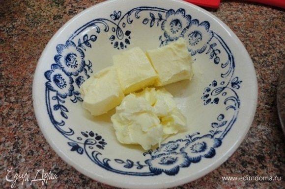 Сливочное масло комнатной температуры заранее разделить на 4 части. Как только яичная смесь подогреется, добавить один кусочек масла, продолжая растирать, пока масло не соединится с соусом. Только затем добавляете другой кусочек масла. И так использовать все масло. Соус практически готов, загустел. Теперь снимаем с водяной бани и добавляем сливки (комнатной температуры) и соль.