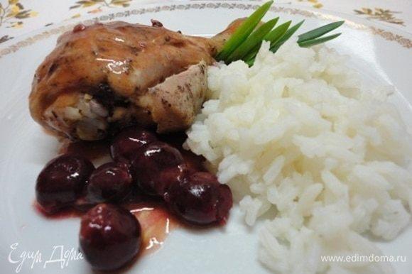 Голени (или цыплят) полить соусом и подавать с отварным рисом.