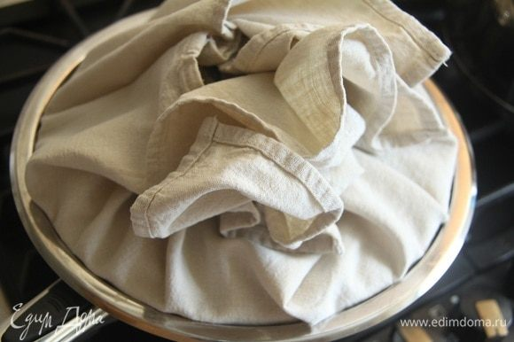 Сотейник накрыть крышкой, обернутой х/б полотенцем, готовить на минимальном огне. По рецепту в течение 2-2,5 ч. Но я так долго не рискнула.