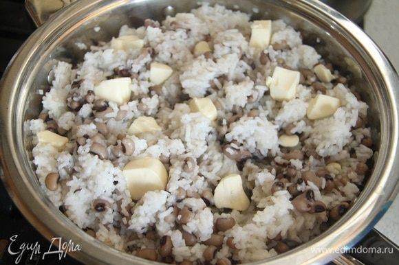 Минут через 20 добавить в плов оставшееся сливочное масло (100г), продолжать готовить. Мой плов готовился примерно 1 ч. Если посуда правильная — на дне блюда образуется зажаристая корочка, которая легко отделяется от сотейника.