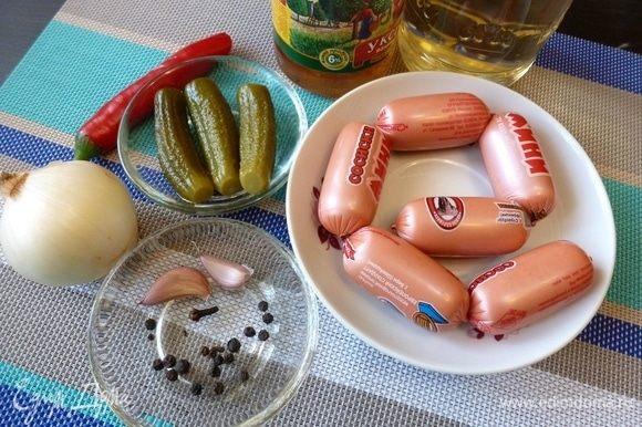 Подготовим продукты. Сардельки более пригодны к этому рецепту, но для меня они жирны и я готовлю из сосисок. Берите продукт хорошего качества!