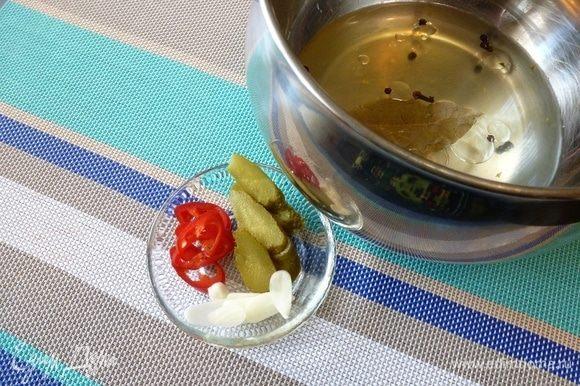 Сварим маринад и охладим его. Масло и уксус вливайте в конце готовки. Тонко нарежем маринованный огурчик, чеснок и чили.