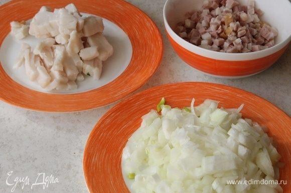 Нарежьте мелкими кубиками 2 головки лука, сало и бекон.