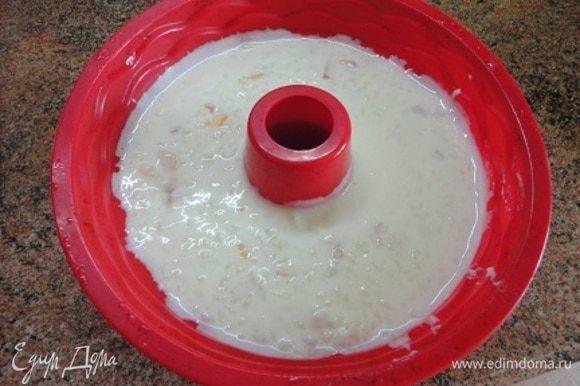 Из риса удаляем цедру, вводим сливки, молочно-желатиновую массу и нектарины вместе с соком. Все аккуратно перемешиваем и выливаем в форму. Оставляем в холодильнике на 3-4 часа для застывания.