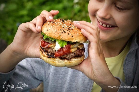 Особенно такому бургеру радовалась моя дочка Катя. :) Домашний бургер — это очень вкусно, сытно, и иногда — очень даже можно!