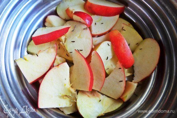 Яблоки нарезать. Можно с кожицей и серединками.