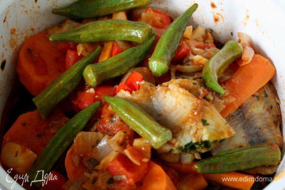 Влить в казан 1 ст. горячей воды или чуть больше, положить туда морковь, батат, баклажан и капусту, готовить 25-30 минут, затем добавить бамию, лавровый лист и обжаренную рыбу, продолжать готовить еще 5 минут.