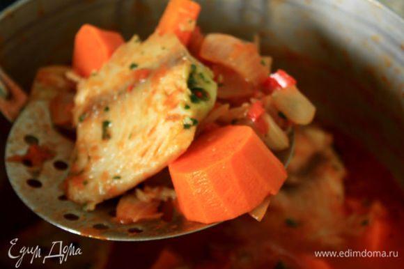 Шумовкой переложить овощи и рыбу в отдельную кастрюлю, накрыть и держать в тепле.