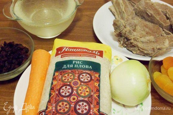Плов по-казански готовится из риса, отварной (!) говядины (баранины, конины), моркови, лука (одна крупная луковица), изюма и мясного бульона.