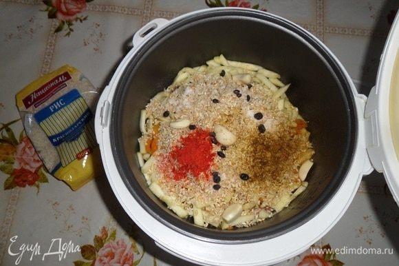 Добавляем соль, чеснок, паприку (1/3 ч. л.), карри (1/4 ч. л.), барбарис (1/2 ч. л.).