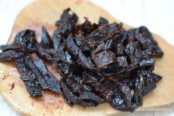 Чернослив промыть, порезать на кусочки (можно измельчить в блендере), орехи так же измельчить.