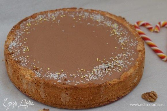 Сверху вылить шоколадный мусс и немного потрясти для гладкости поверхности. Убрать в холодильник на ночь, чтобы тарт застыл.