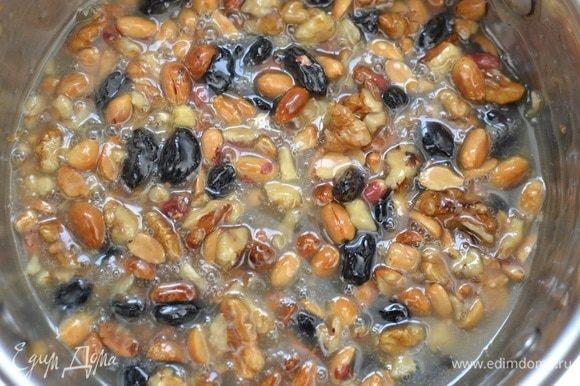 Аккуратно влить горячие сливки, перемешать, добавить орехи (в этот раз я еще добавила изюм), перемешать.