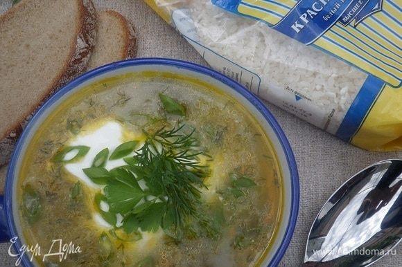 Разливаем суп по чашкам. Подаем со сметаной и зеленью.