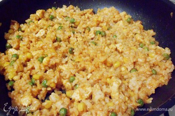 Начинка для омлета готова. Переложить рисовую смесь в миску и сохранять теплой.
