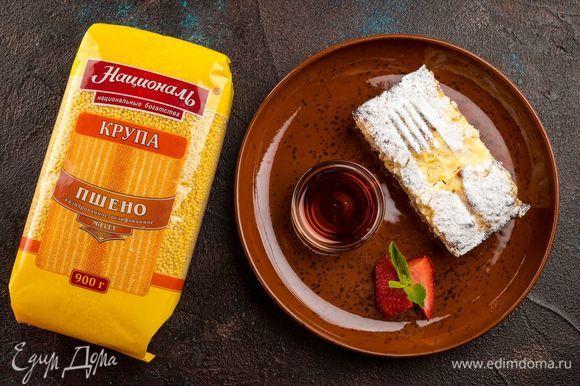 Охладите немного запеканку и подавайте с любимым топпингом: варенье, кленовый сироп, мед.