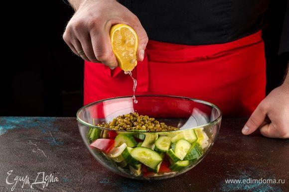 Добавьте сок лимона и украсьте кунжутом. Перед подачей можно посолить салат.