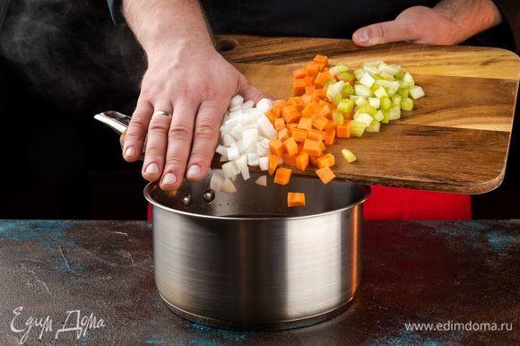 Залейте нут свежей водой, поставьте на огонь. Добавьте морковь, лук и сельдерей, соль по вкусу. Варите до тех пор, пока бобы не станут мягкими внутри.