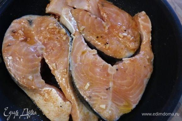 Для лосося соединить все ингредиенты для маринада, выложить в маринад стейки лосося, оставить на 30 минут.