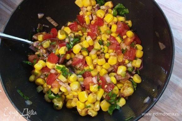 Тем временем приготовим соус: с кукурузы слить воду, смешать с меленько порезанным луком, помидоры (при желании у помидора можно удалить семена), смешать с остальными ингридиентами, посолить и поперчить по вкусу.
