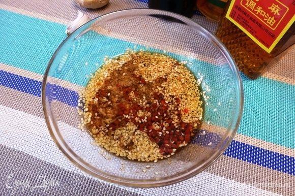 Приготовим соус из указанных ингредиентов. Размешаем, чтобы сахар растворился полностью. Если есть, то добавить специальную смесь приправ для «Хияши чука».
