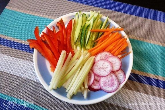 Овощи нарежем соломкой, редис — пятачками. В «Хияши чука» можно положить не только те овощи, какие у меня. Японцы кладут помидоры, авокадо, капусту, дайкон, грибы и др. А при желании сытность блюда можно усилить, положив курицу, ветчину, креветки.